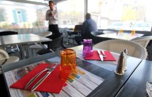 Le restaurant La Mère Rondel à Lamballe, où les mini CV sont sur les tables de la terrasse. - C. Allain / APEI / 20 Minutes