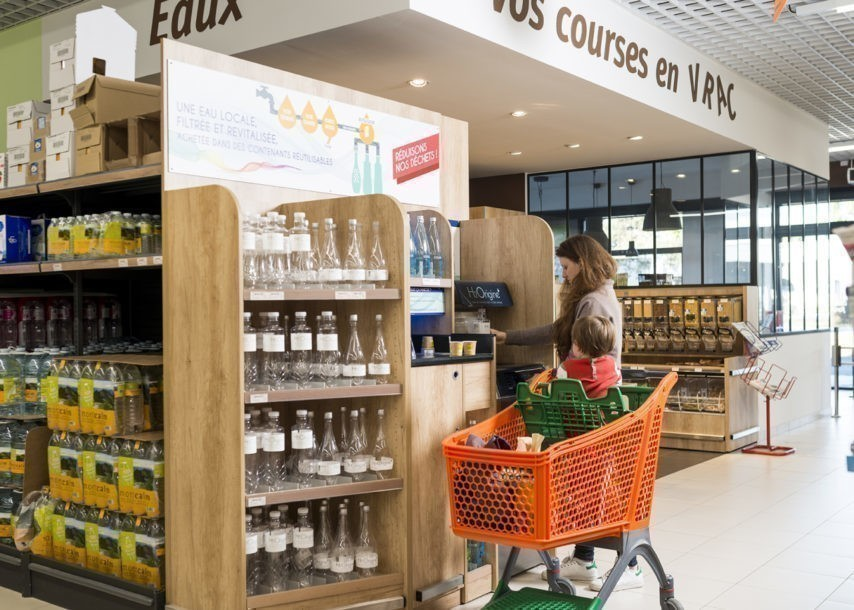 De l'eau en vrac dans les magasins pour remplacer les bouteilles en plastique