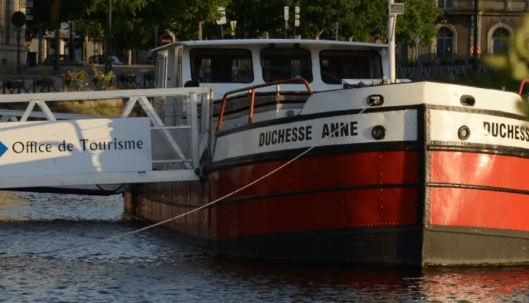 La péniche Duchesse Anne, le seul office du tourisme flottant de France, vogue à travers la Bretagne